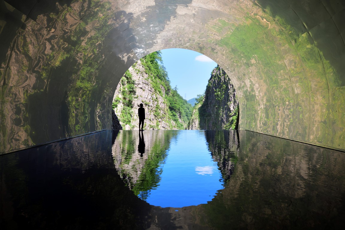 18_MAD_Echigo_Tsumari_Tunnel_of_Light_Live_Cave_by_Nacasa___Partners_Inc.