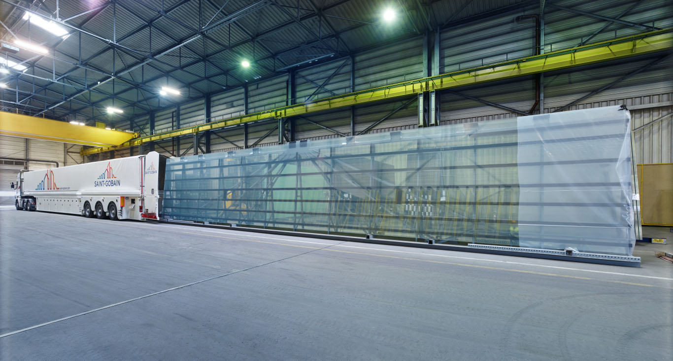Special glass truck loading 18 metres long glass panes at the SAINT-GOBAIN Glass plant in Cologne-Porz, Germany; Photo: ©Olaf Rohl, Aachen