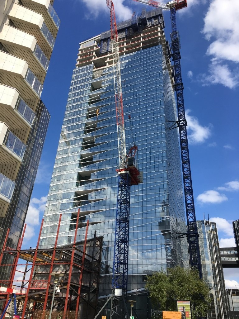 Picture of the new Saint-Gobain Tower under construction at La Défense, taken in September 2018.