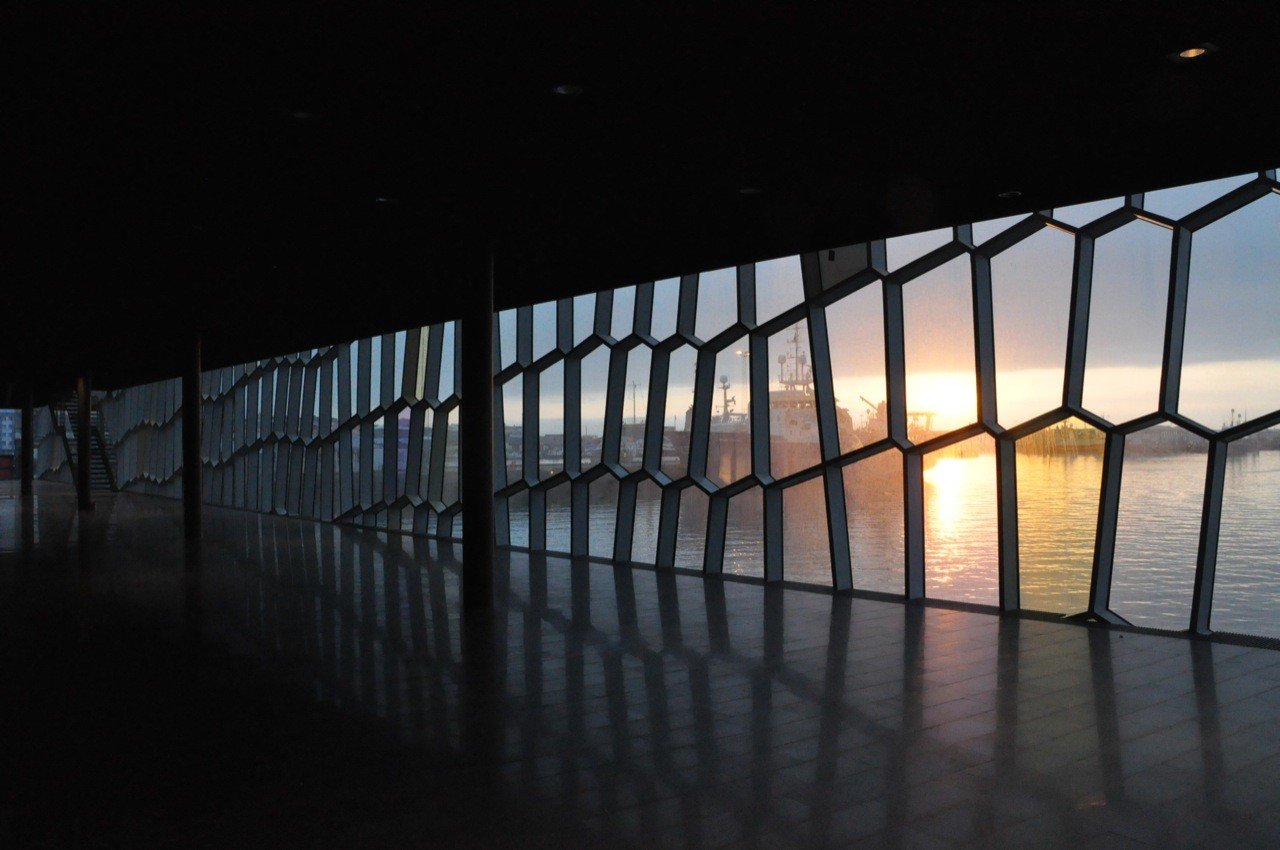 Harpa Concert Hall and Conference Centre | Reykjavik | Picture the sound | Glass Facade interior | IGS Mag