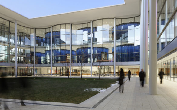Foster + Partners | Yale School of Management | Courtyard | Exterior Glass curved facade | IGS Mag