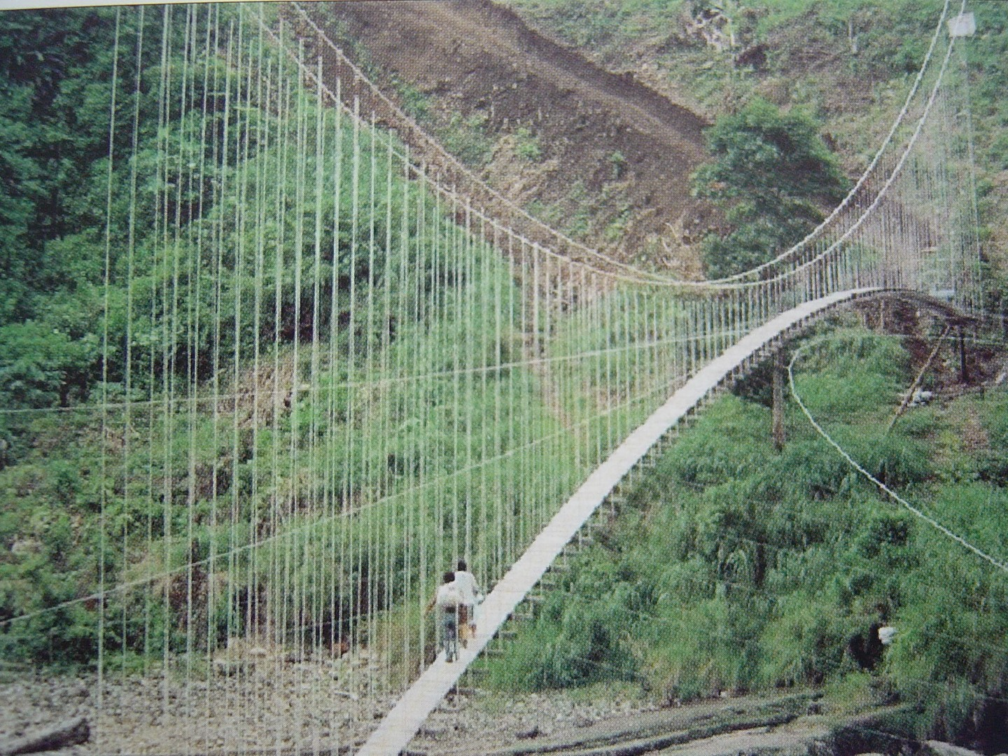 264m suspension bridge over the Rio Aguarico, Ecuador (c) Toni Ruttimann Bridgebuilders