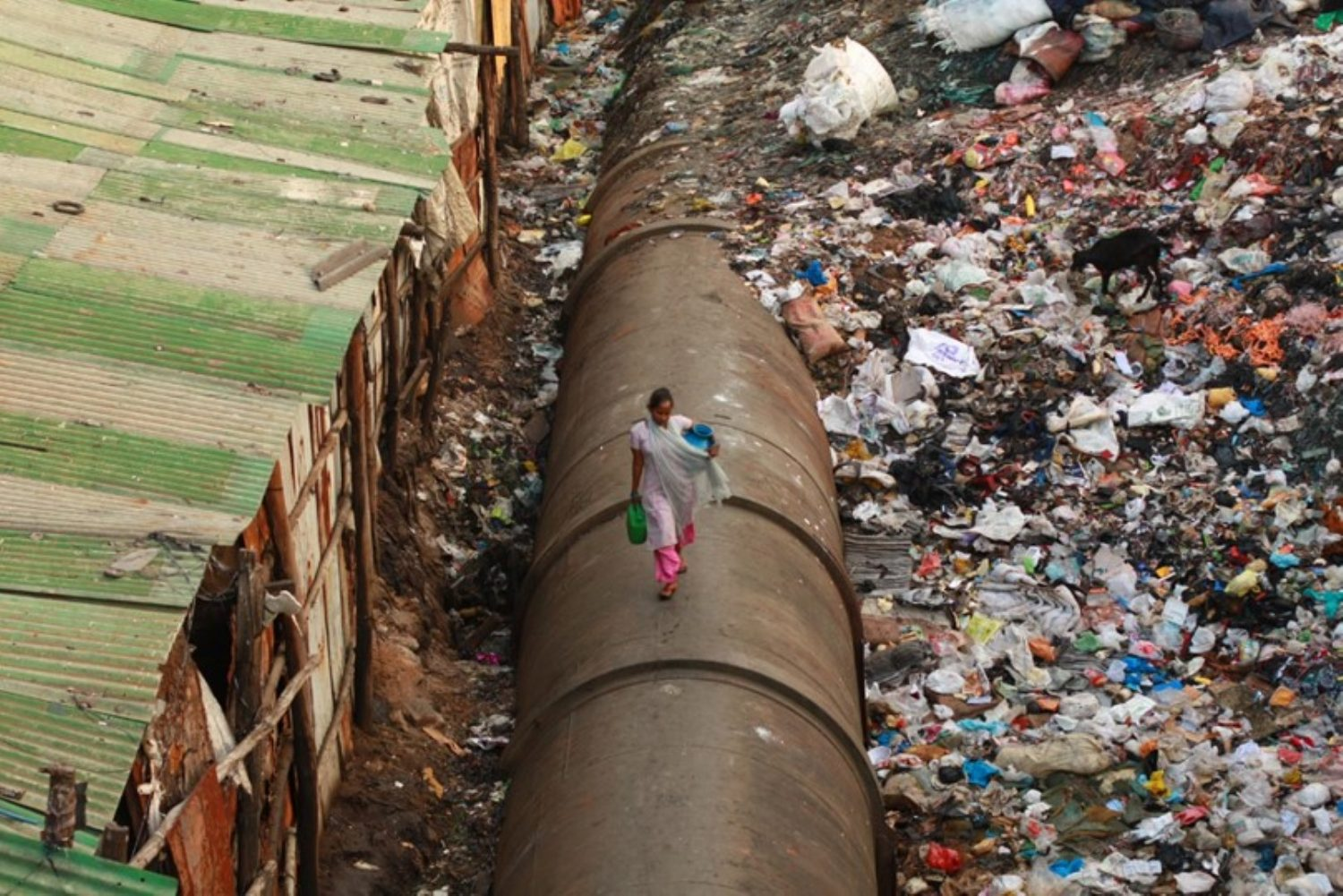 Mumbai waterpipe for the rich through slum (source Photo Credit Meena KadriFlickr) | IGS Mag | Ian Ritchie Architects