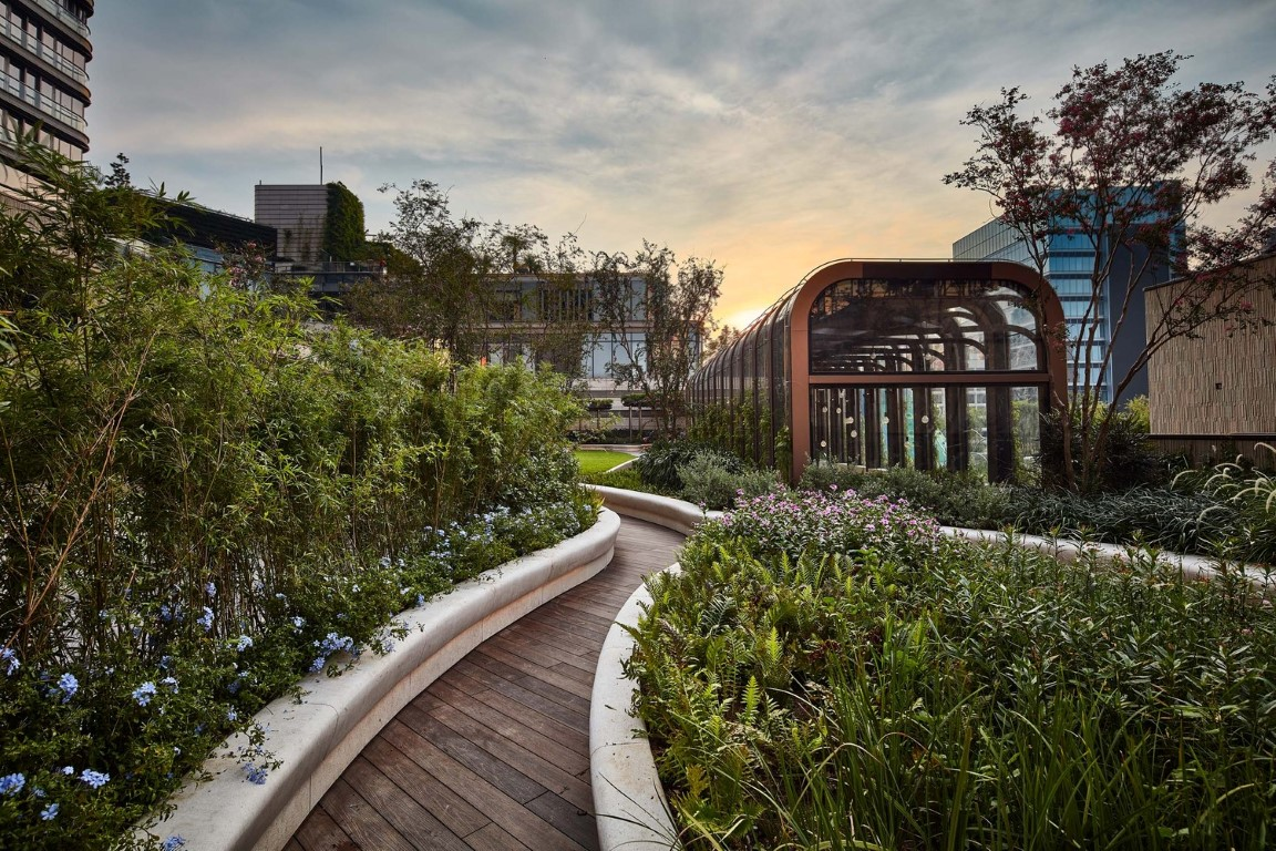 James Corner Field Operation and Hong Kong architects LAAB Architects have designed the Bohemian Garden. Image © K11 MUSEA