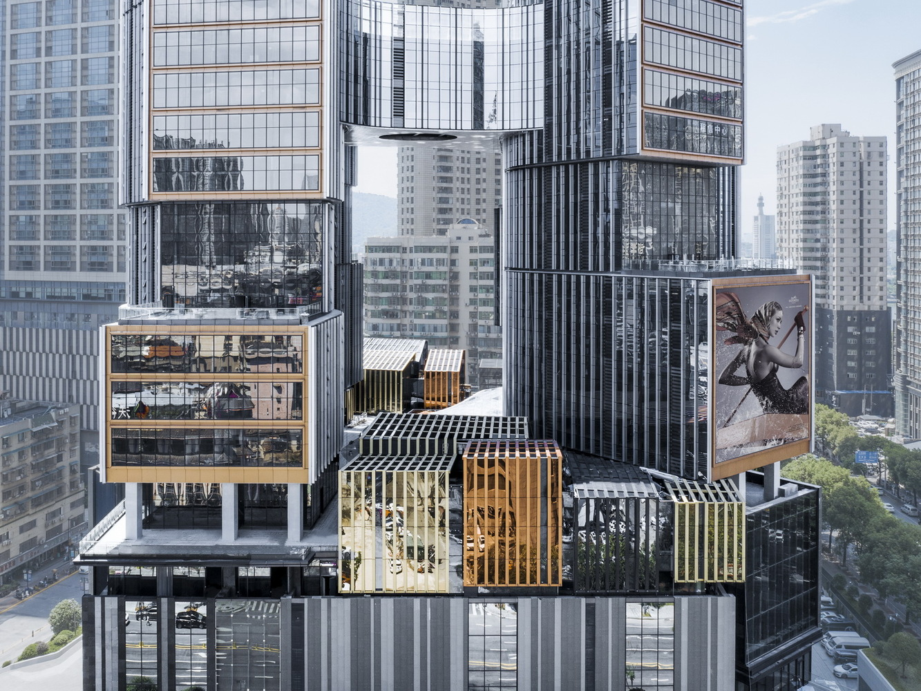 Transition space on top of podium. Image Courtesy of Aedas