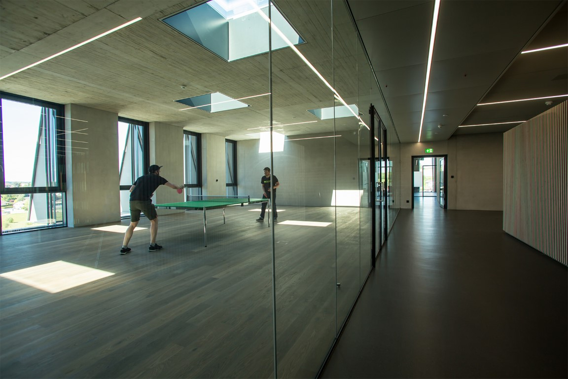 The slender SWISSDIVIDE ONE glass partition wall system ensures transparency throughout the building and brings daylight deep inside. The glass thickness in the executive area was uprated to meet higher requirements at the customer's request. Photo: Jochen Haar