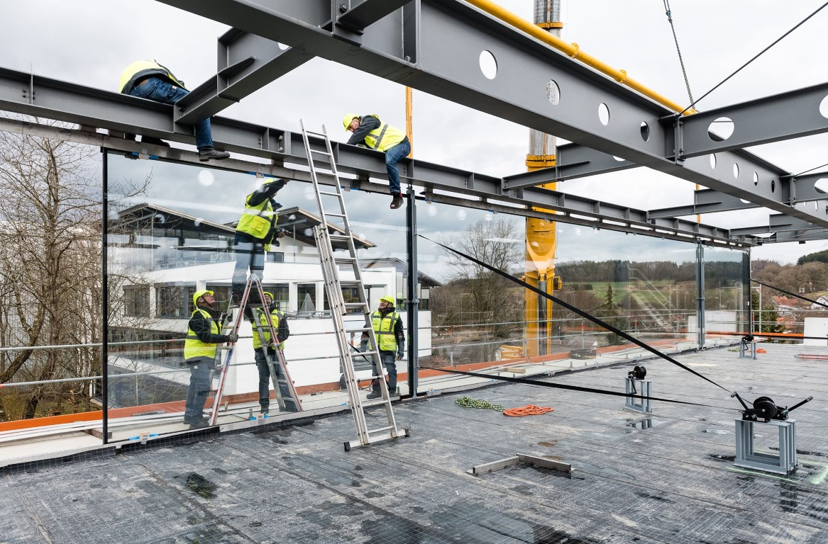 A milestone is achieved: with technical know-how and a great deal of dexterity the oversized insulation glass panes were installed on location at Langenneufnach. Photo: sedak