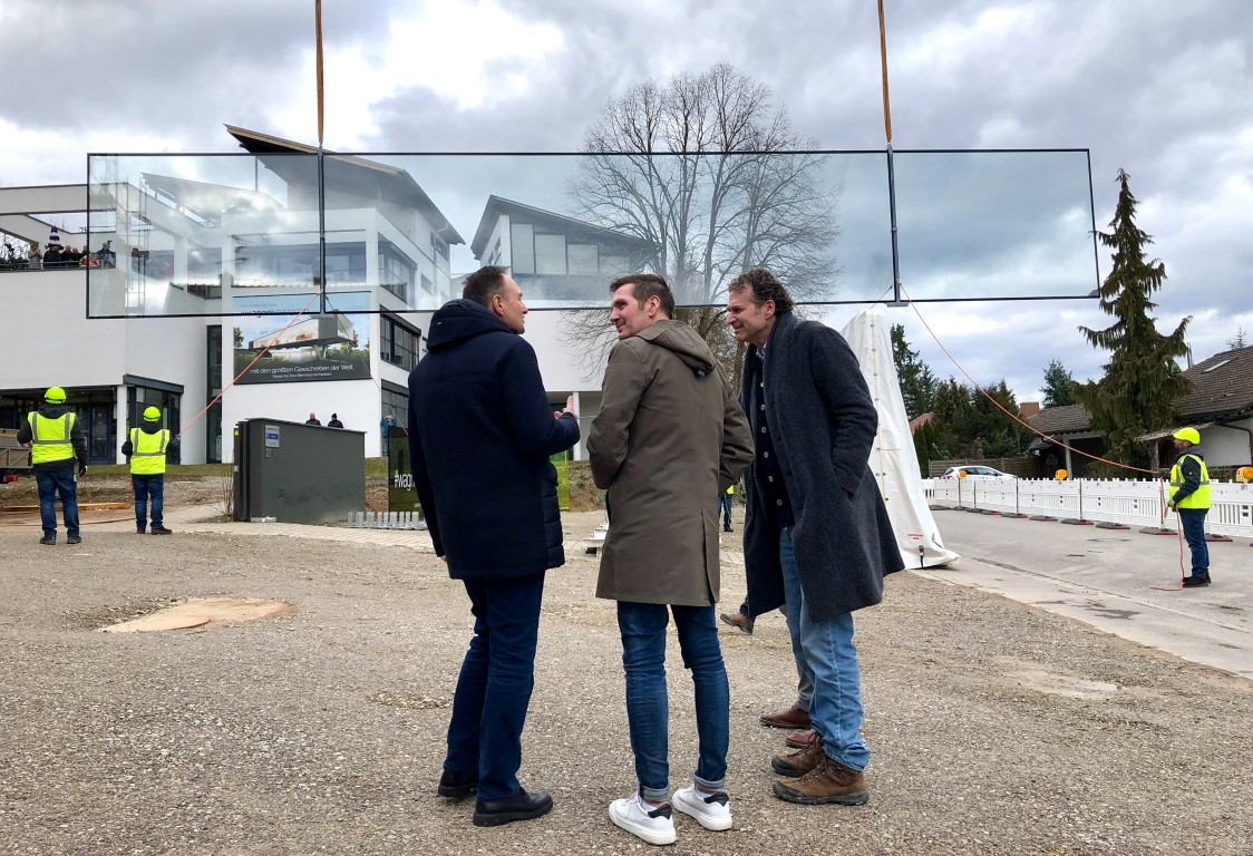 Achieving big things together: Bernhard Veh (Managing Director ofsedak), Peter Wagner (Managing Director and co-owner of Wagner) and Titus Bernhard (Titus Bernhard Architekten BDA) (from left to right) at the completion of the new Wagner Design Lab – the installation of the world's largest glass panes. Photo: sedak