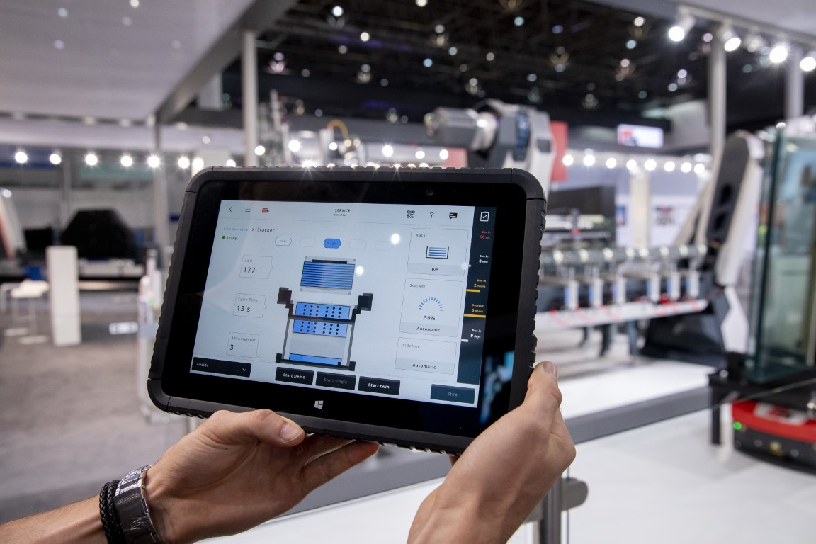 In modern factories employees can perform their tasks from almost any place: in addition to stationary control panels machine applications are available on mobile devices. Photo: Grenzebach Maschinenbau GmbH