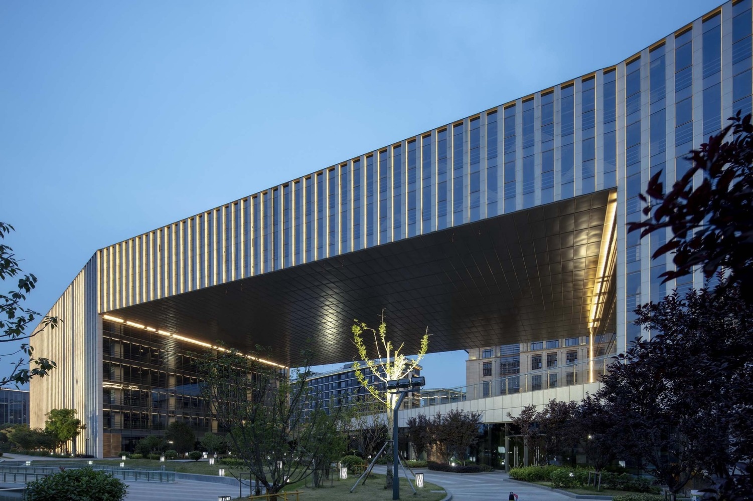 Stone louvres in changing lights. Image Courtesy of Aedas