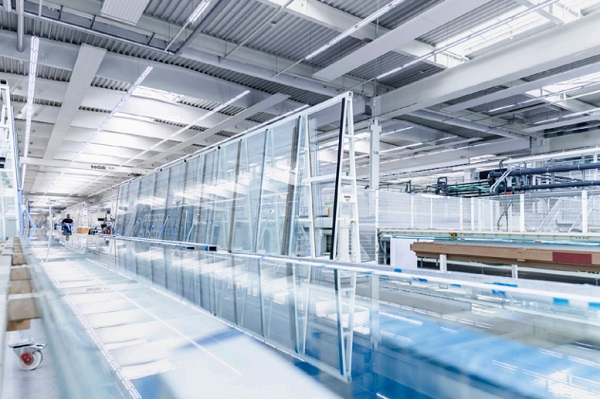 Glass processing in the superlative: sedak supplies glass panes up to a size of 3.6 x 20 meters and thereby the largest glass in the world. Photo: sedak