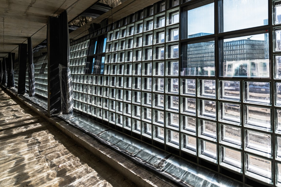 Light and lighting effects of the glass brick facade.