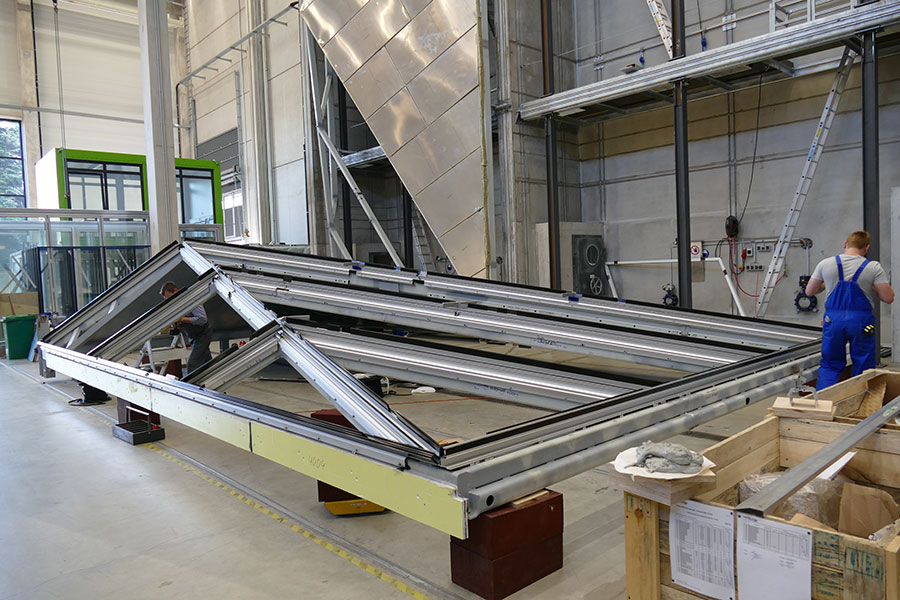At first glance it looks like an aluminium frame but behind is a loadbearing steel structure (left by Schueco, right by fabricator Mobil)